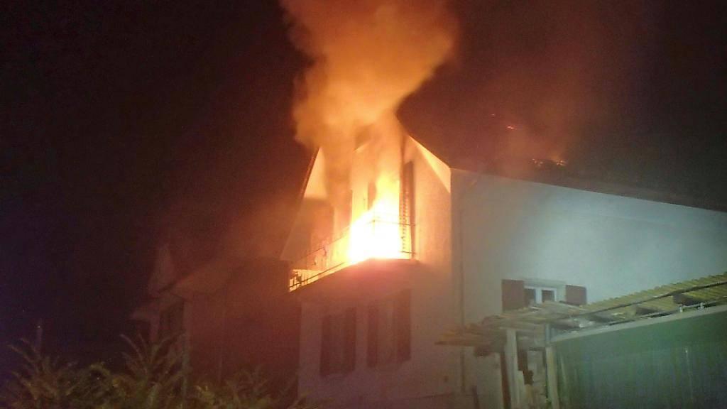 Flammen im ersten Stock eines Wohnhauses in Zofingen: Ein Rettungshelikopter flog einen verletzten Mann ins Spital.