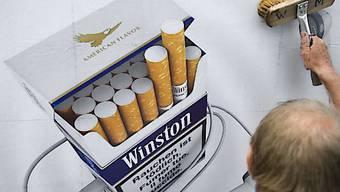 Der Bundesrat hat einen neuen Anlauf für ein Tabakproduktegesetz genommen. Zur Knacknuss dürfte erneut die Frage werden, in welchen Fällen Tabakwerbung erlaubt sein soll. (Symbolbild)