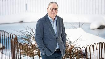 Der scheidende Zentrumsleiter Maurice Humard beim aktuell schneebedeckten idyllischen «Hungeligraben»-Weiher.