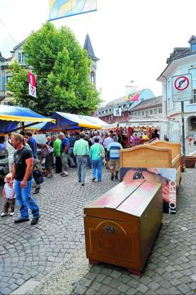 Marktstimmung: Schnäppchenjäger unterwegs – das Angebot ist gross. (Fotos: Urs Lindt)