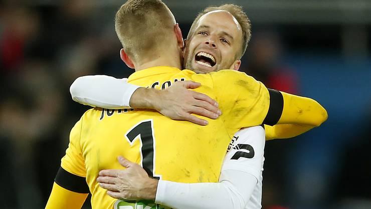Goalie Karljohan Johnsson (links) und Etienne Didot freuen sich über Guingamps riesigen Coup bei PSG