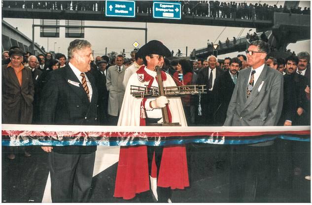 Stadtammann Albert Seiler mit Theo Stutz und Landammann und Baudirektor Thomas Pfisterer vor dem Durchschneiden des Bandes zur Eröffnung der Umfahrung am 18. Oktober 1994.