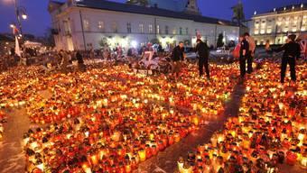 Nach dem Absturz wurden in Warschau Hunderte Kerzen angezündet (Archiv)