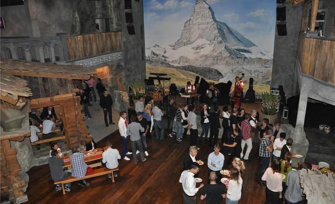 Der Mainfloor mit dem grossen Matterhorngemälde und den Chalets ist das Herzstück des Musikclubs, der in drei Bereiche unterteilt ist.