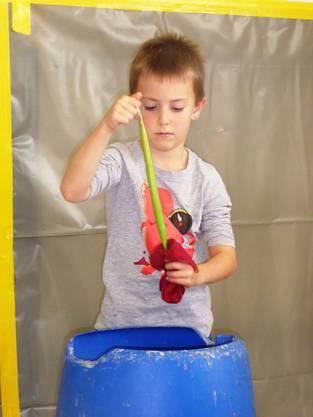 Das Abkühlen der Farbkerze im Wasserbad ist ein wichtiger Arbeitsschritt.