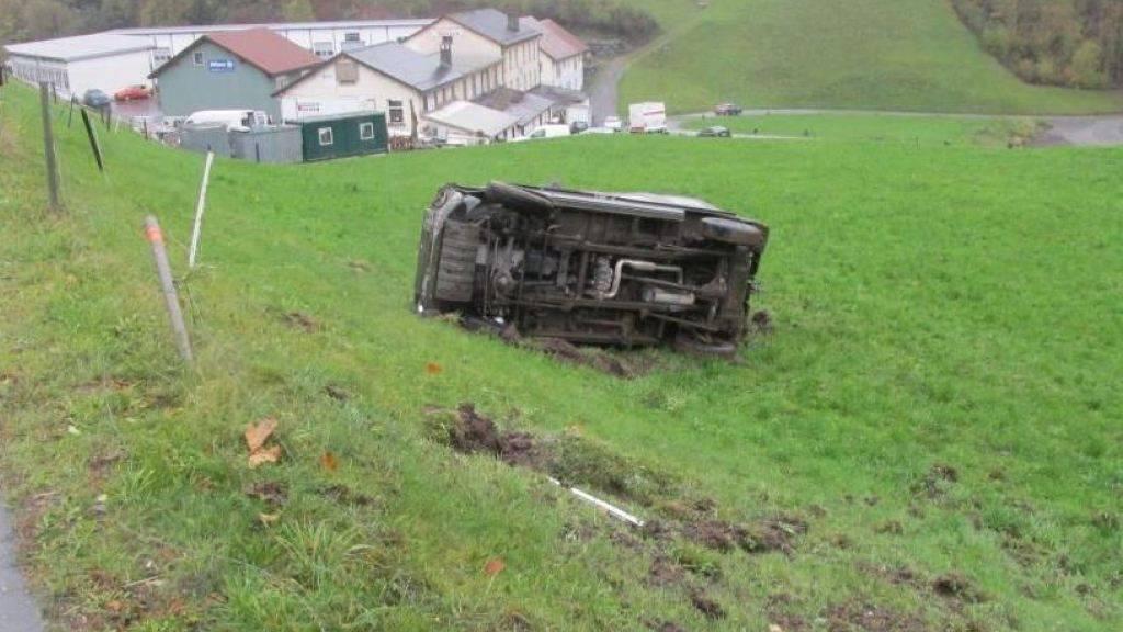 Der Fahrer des Militär-Jeeps war abgelenkt und hatte Glück: Er blieb unverletzt, als sich sein Puch überschlug.