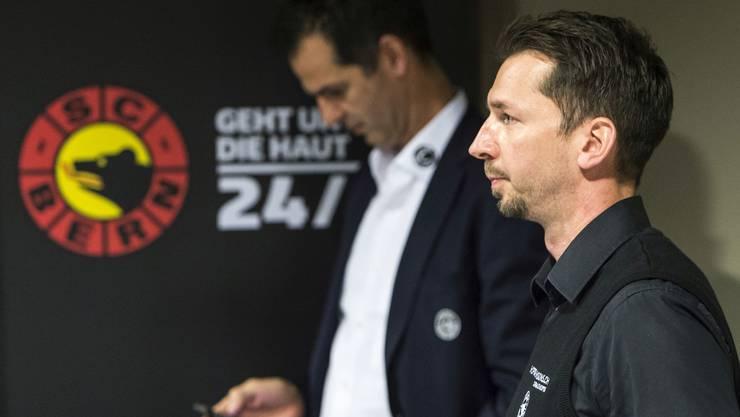Sven Leuenberger (Hintergrund) räumte seinen Posten als Sportchef, damit Bruder Lars den SC Bern zum Meistertitel führen konnte.