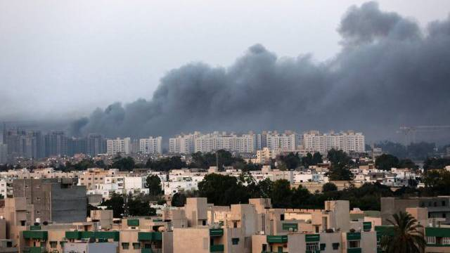 Bombenrauch am Himmel über Tripolis (Archiv)