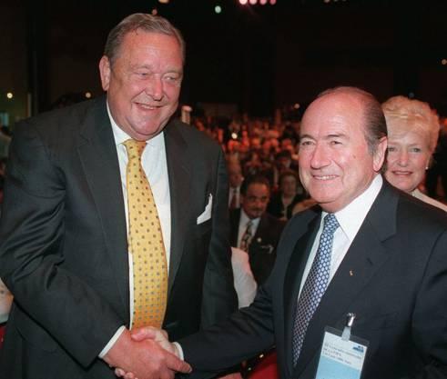 Da war die Welt noch in Ordnung: Der ehemalige UEFA-Boss Lennart Johansson (links) mit Blatter rechts. Später lieferten sich die beiden einen Machtkampf um den Platz an der Spitze der Fifa.