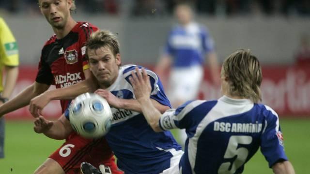 Leverkusens Simon Rolfes (links) kämpft gleich gegen zwei Bielefelder