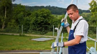 Werkleiter Urs Jäggi kontrolliert die Schlammtiefe im Vorklärbecken. (Bild: Peter Siegrist)