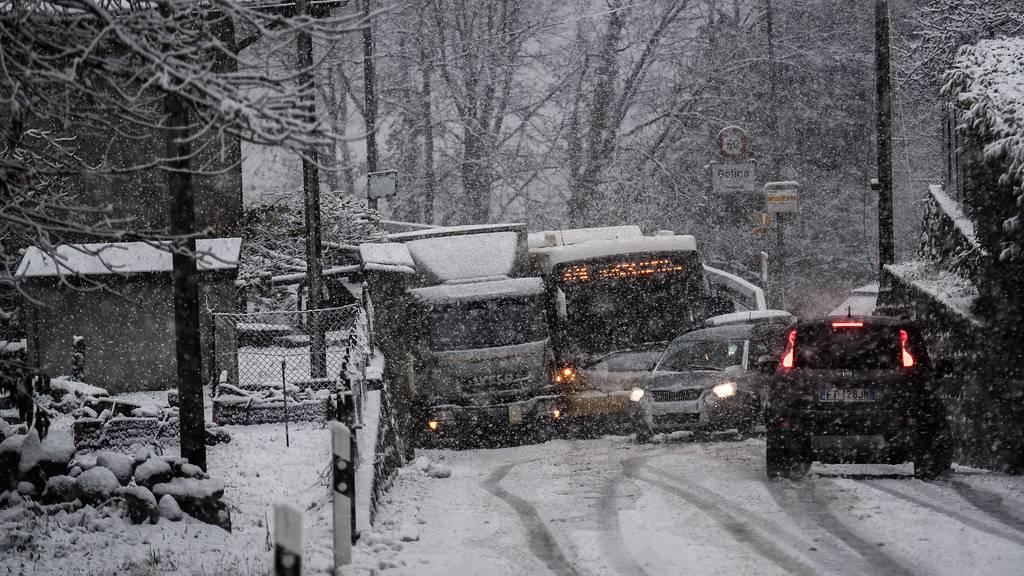 Staus und Erdrutsche: Das Tessin versinkt im Schnee