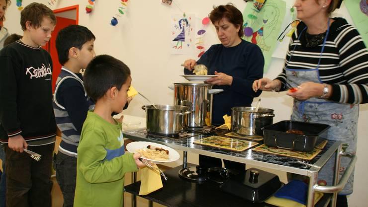 Mittagstisch Berufstätige Eltern sollen bei der Betreuung ihrer Kinder unterstützt werden. (Bild: MZ archiv)