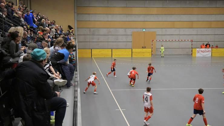 Volle Tribüne in der Stadthalle: Zahlreiche Zuschauer verfolgten den D2-Final zwischen Birmensdorf b und Würenlos.