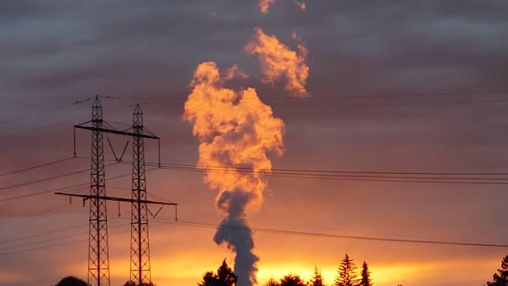 Feurige Dampfsäule des Kernkraftwerks Leibstadt von Koblenz aus gesehen.