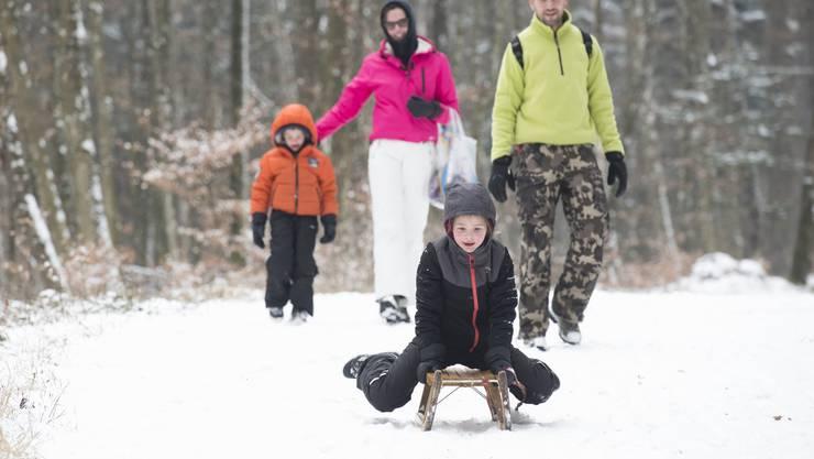 Die Familie aus Holland geniesst mit den Kindern den Schnee.