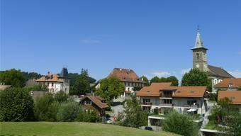 Die Kirche überragt das Dorf: Belfaux im Saane-Bezirk.