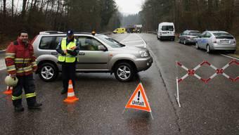 Schon vor dem Unfall auf der Ausserortsstrecke zwischen Kaisten und Sisseln kam der Verkehr auf diesem Strassenstück infolge der spiegelglatten Fahrbahn mehrheitlich zum Stillstand.  Michael Spillmann