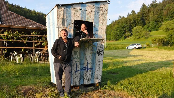 Nach der Zerstörung durch den Sturm haben Bruno Schlatter (links) und Klaus Büsen die Hüttenkunst wieder aufgestellt.