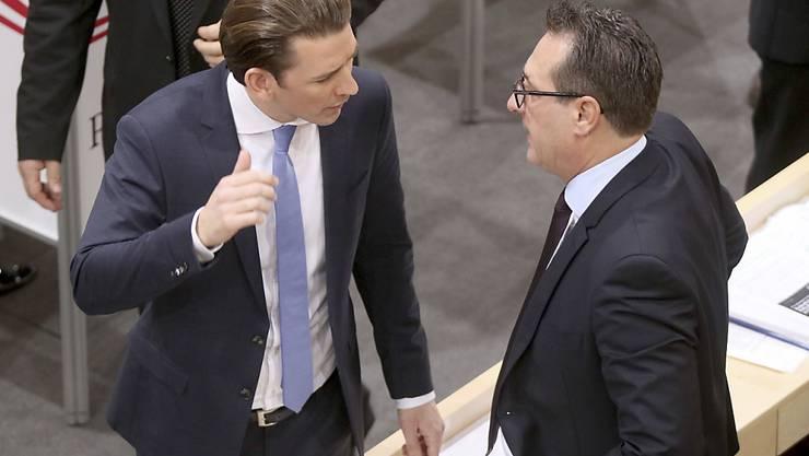 Kanzler Kurz (links) distanziert sich von antisemitischen ÖVP-Tendenzen (in einer Aufnahme mit ÖVP-Chef Strache im Parlament in Wien am 20. Dezember 2017).