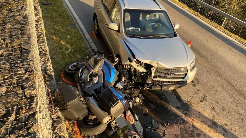 Die beiden stark in Mitleidenschaft gezogenen Fahrzeuge nach der Frontalkollision in Oberägeri.