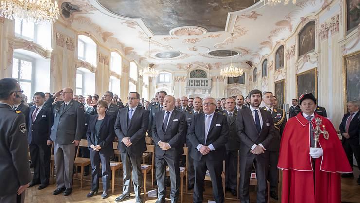 Strammstehen zur Landeshymne: Die Schweizerische Offiziersgesellschaft an ihrer Delegiertenversammlung im Grossen Saal des Klosters Einsiedeln.