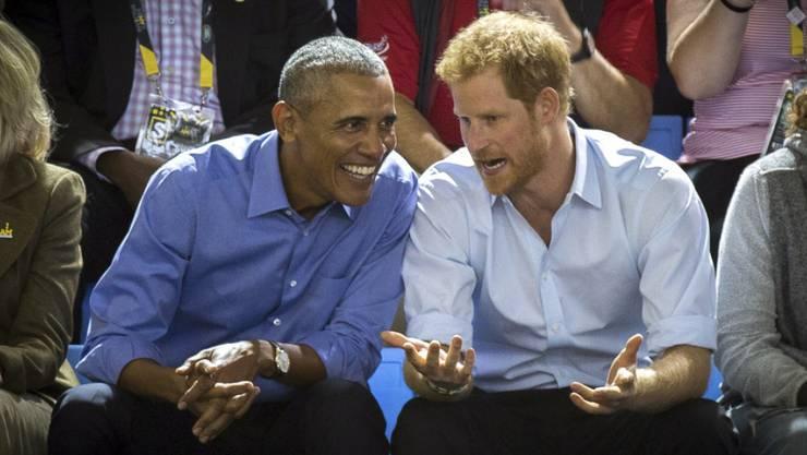 Der ehemalige US-Präsident Barack Obama (l) hat seinem Freund, dem britischen Prinz Harry, via Twitter zu dessen Verlobung gratuliert. (Archivbild)