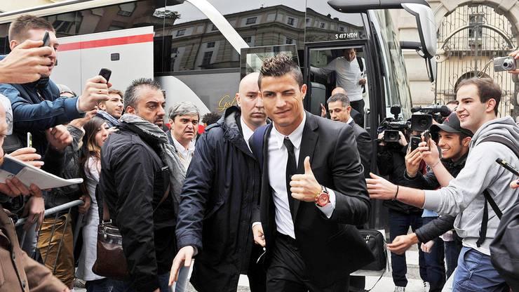 Hallo Turin: Fussball-Superstar Cristiano Ronaldo (33) ist bei seiner Ankunft am medizinischen Institut von Juventus von tausenden Fans frenetisch gefeiert worden.