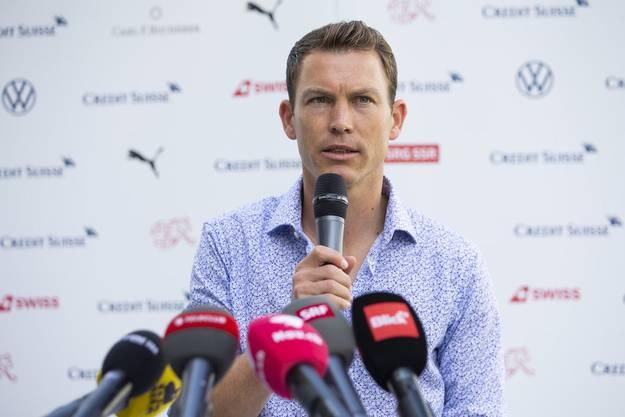 Stephan Lichtsteiner gibt an einer Medienkonferenz in Bern seinen Rücktritt bekannt.