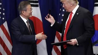 Südkoreas Präsident Moon Jae In und US-Präsident Donald Trump nach der Unterzeichnung des neuen Handelsabkommens in New York.