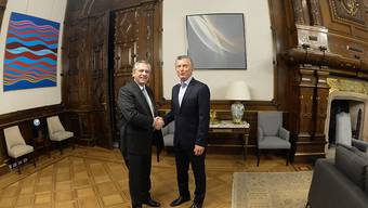 Er übernimmt ein schweres Erbe: Wahlsieger Alberto Fernandez (links) beim Händeschütteln mit seinem Vorgänger Mauricio Macri im Regierungssitz in Buenos Aires.