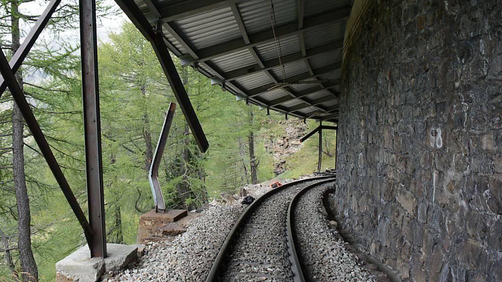 Die Galerie mit der beschädigten Stütze, wo der Bahnwagen aus den Gleisen sprang.