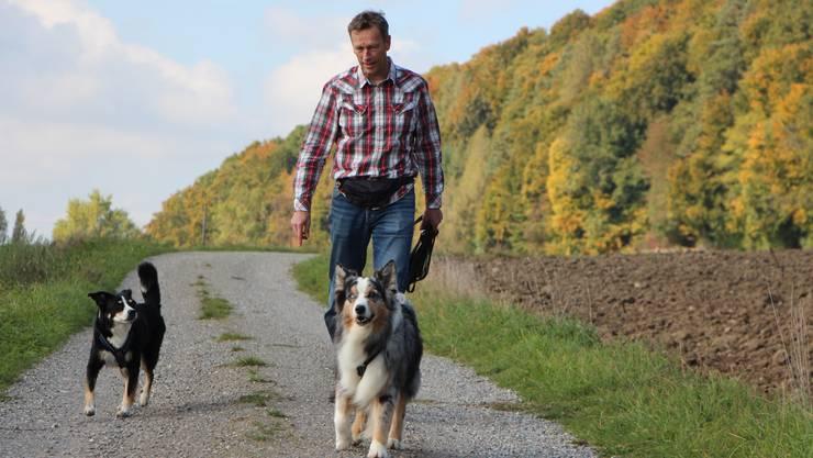 Roman Huber bei seiner – nebst dem Schreiben – liebsten Tätigkeit: dem Spazieren mit seinen Hunden.