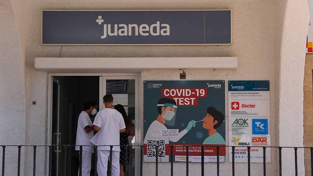 Ein Corona-Testzentrum in der Nähe des Strandes von Arenal auf Mallorca. Die Balearen haben so viele Neuinfektionen innerhalb eines Tages wie noch nie seit Ausbruch der Pandemie verzeichnet. Foto: Clara Margais/dpa