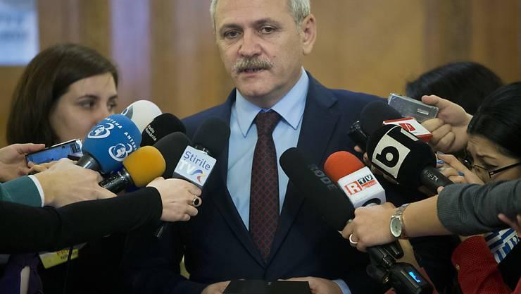 Der vorbestrafte 54-Jährige PSD-Chef Liviu Dragnea, der als Schlüsselfigur der politischen Krise gilt, will sich vor Gericht als unbescholten erklären lassen.