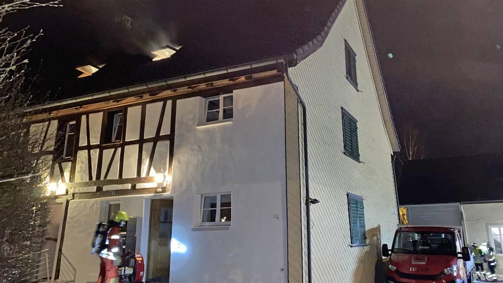 Mann deponiert Tasche auf Kochfeld – Küche fängt Feuer