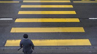 Als eine Fussgängerin an den Fussgängerstreifen tritt, hantiert der heranfahrende Autolenker am Handy. (Symbolbild)