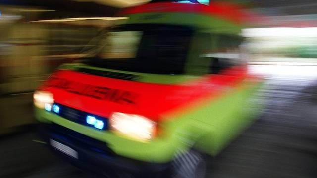 Die Ambulanz brachte das Opfer ins Spital (Symbolbild)