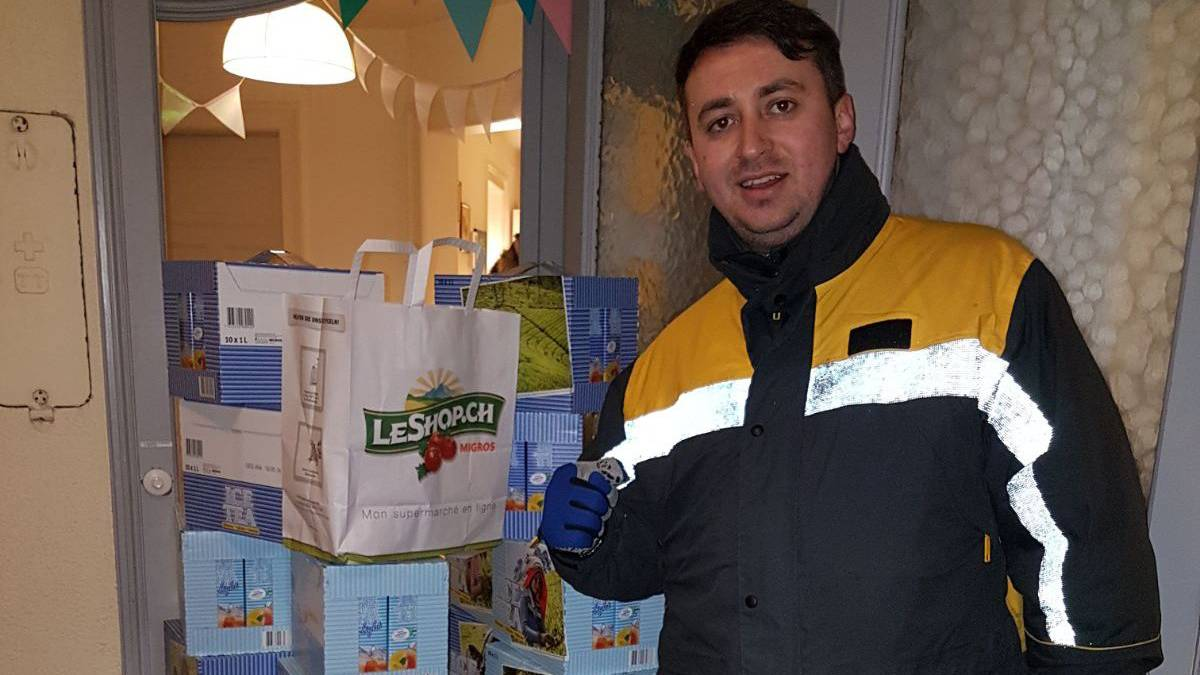 Ein Pöstler bei der Lieferung einer XXXL-Bestellung von Migros-Eistee zum Schnäppchenpreis.