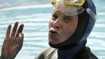 Archiv-Bild von Moltschanowa aus dem Jahr 2005, nachdem sie einen neuen Rekord im Luftanhalten unter Wasser aufgestellt hatte
