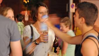 In Basler Jugendzentren sollen die über 16-jährigen Jugendlichen auch mit Alkohol anstossen dürfen. (Symbolbild)