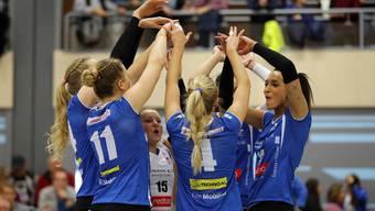 Die Spielerinnen von Sm'Aesch Pfeffingen freuen sich über einen Punktgewinn.