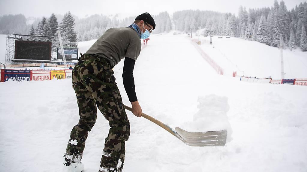 Die Pistenhelfer haben am Weltcup-Finale auch am Dienstag viel zu tun.
