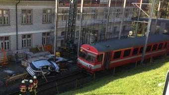 Beim Zusammenprall eines Autos mit der Appenzeller Bahn bei Urnäsch AR wurden am Dienstagmorgen der 38-jährige Autolenker und zwei mitfahrende Kinder verletzt (Bild: Kapo AR)