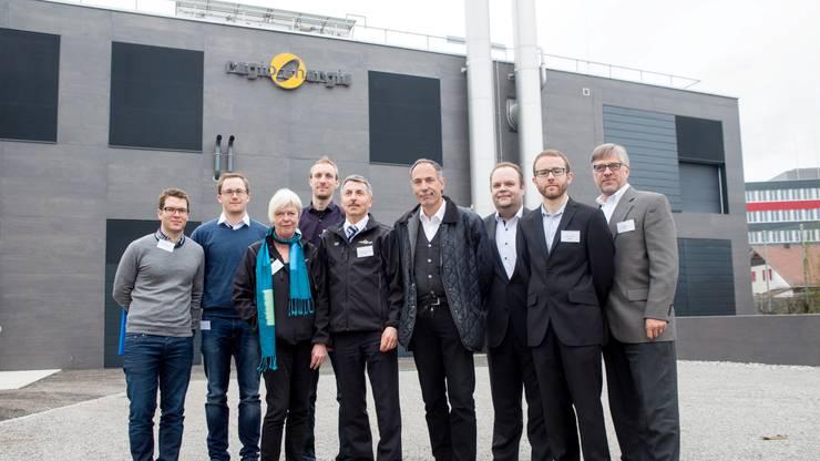 Sie vertreten die Partnerorganisationen für die Methanisierungsanlage in der Aarmatt (v. l.): José Blazquez (Electrochaea), Jachin Gorre (Hochschule für Technik Rapperswil), Ursula Kunze (Regio Energie), Thomas Bütler (Eidgenössische Materialprüfungs-Anstalt), Thomas Schellenberg (Regio Energie), Martin Seifert (Schweizerischer Verein des Gas- und Wasserfaches), Michael Walter (Deutscher Verein des Gas- und Wasserfaches), Victor Codina (ETH Lausanne), Mich Heim (Electrochaea).