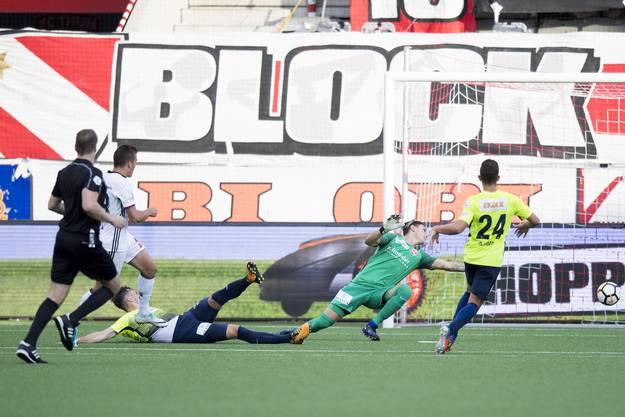 Kevin Bua bezwingt Francesco Ruberto im Thuner Tor zum 2:0.