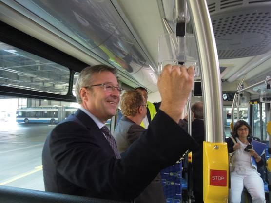 Der Zürcher Stadtrat Andre Türler ist sichtlich zufrieden bei der ersten Fahrt mit dem E-Bus.