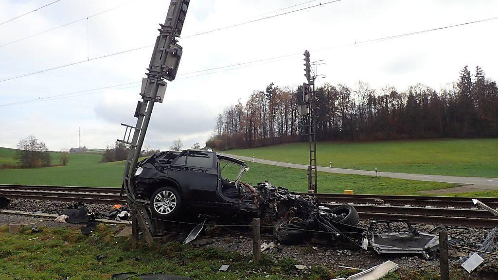 Die Zugskomposition schob das leere Personenauto gegen einen Signalisationsmasten.