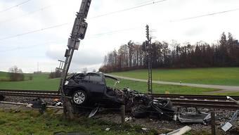 Die Zugskomposition schob das leere Auto gegen einen Signalisationsmasten.