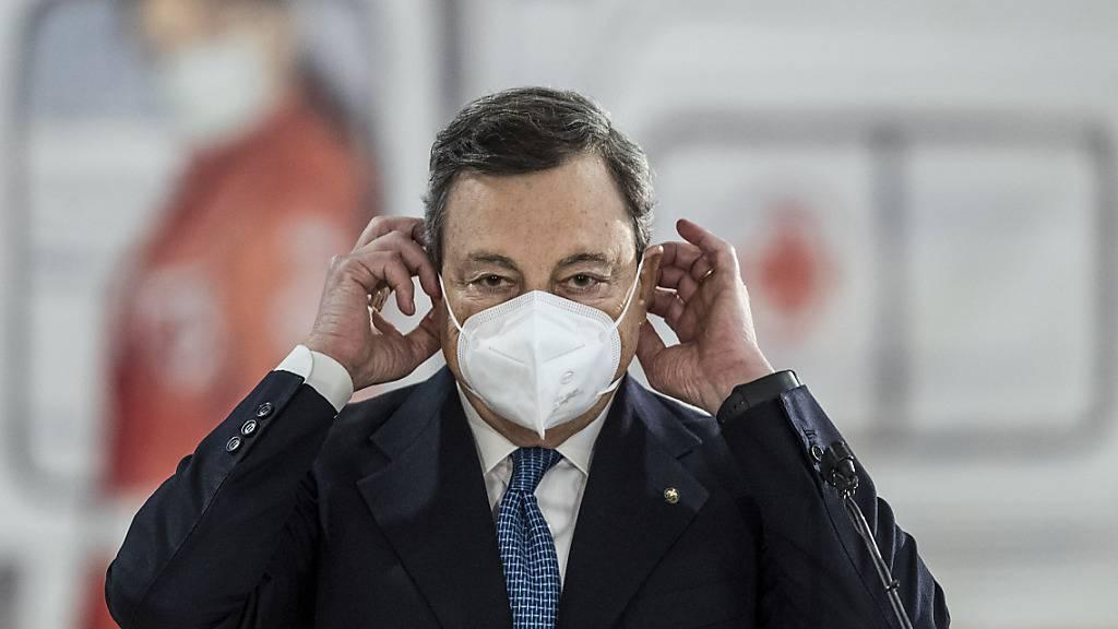 Mario Draghi, Regierungschef von Italien, besucht ein Corona-Impfzentrum am Flughafen Rom Leonardo Da Vinci. Italien wird die Anti-Corona-Beschränkungen über das Osterwochenende verschärfen, da die Infektionszahlen stetig steigen und viele Krankenhäuser vor einer Überlastung der Intensivstationen warnen. Foto: Lapresse / Roberto Monaldo/LaPresse via ZUMA Press/dpa